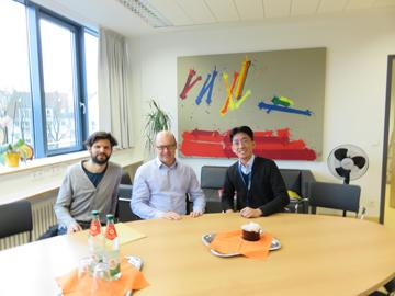 左からZaiss先生、Schett先生、筆者。Schett先生のオフィスにて2016年1月初会合。