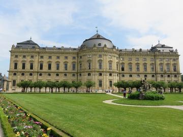 エアランゲン近郊にある世界遺産にもなっているヴュルツブルグの王宮。広大な庭園に大きな宮殿が構え、見る者を圧倒する。
